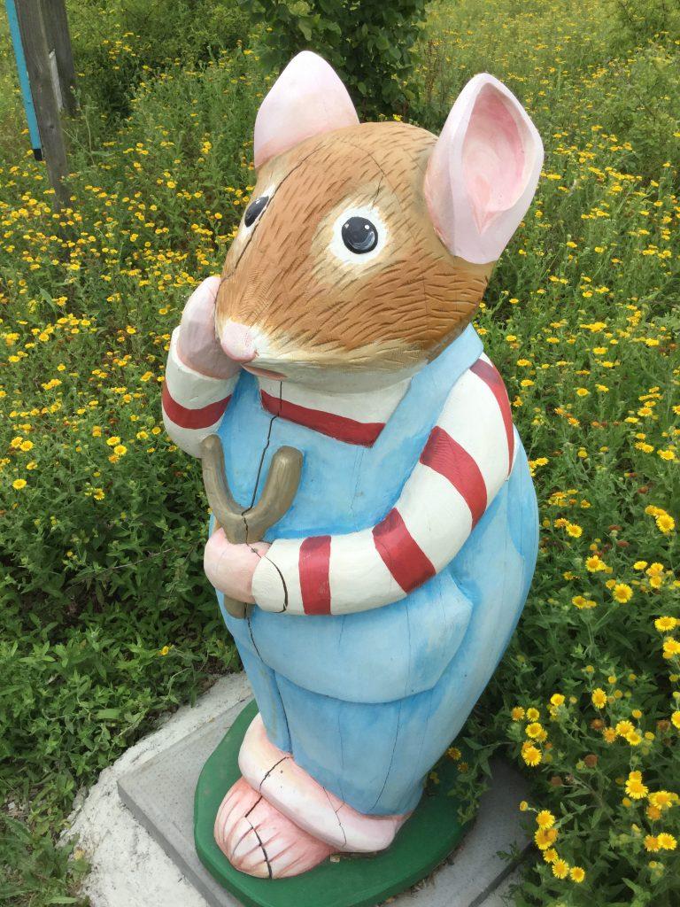Brambly hedge wooden sculpture child mouse abberton reservoir site revisit e1509811177442