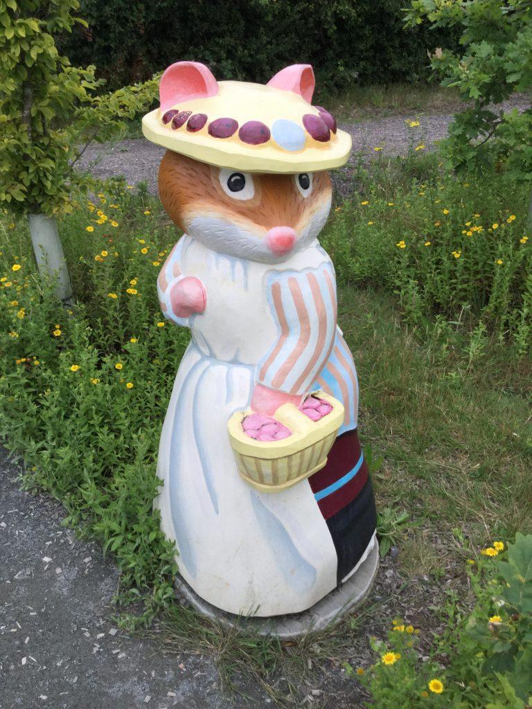 Brambly hedge wooden sculpture mrs mouse abberton reservoir site revisit e1509811236739